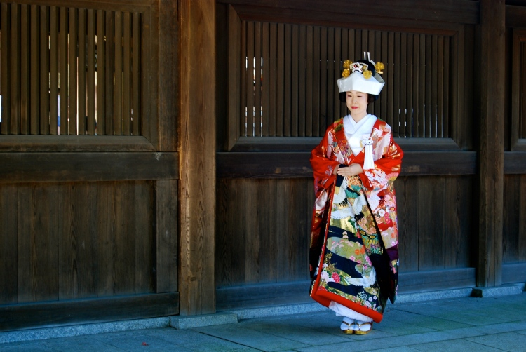 A bride awaits her wedding, Meiji Shrine (明治神宮, Meiji Jingū)