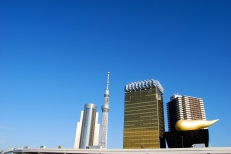 """Tokyo Skytree (centre); Asahi Breweries headquarters building with the """"Asahi Flame"""" by Philippe Starck."""