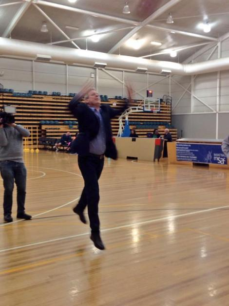 Campaign moment of the day. Health Minister David Davis attempts basketball (Via Annika Smethurst Twitter)