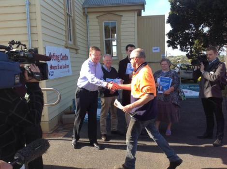 Vic Premier handing out how-to-vote cards at the Bentinck Street Drill Hall Portland. (Via Dan Conifer Twitter)