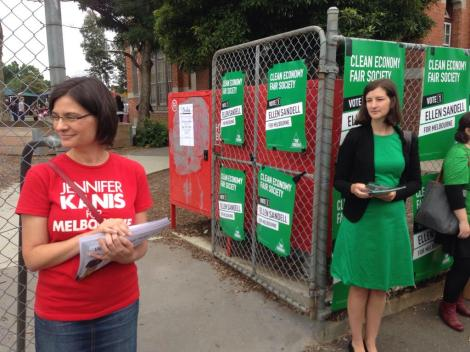 Melbourne candidates Jennifer Kanis and ellen sandell at the Kensington PS voting booth (Via Tom Cowie Twitter)