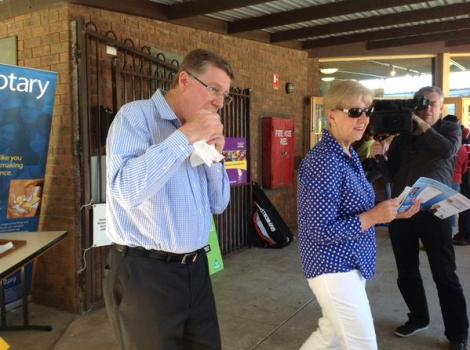 Vic Premier enjoying Australia's election tradition: the sausage sizzle. (Via Dan Conifer Twitter)