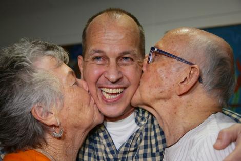 Peter Greste is kissed by parents Lois & Juris at Brisbane airport (P.Hamilton/AFP/Getty)