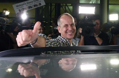 A beaming Peter Greste, home in Australia, at Brisbane airport on 5 February (Dave Hunt/AAP)