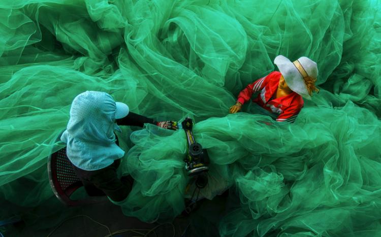 Sewing the fishing net, Vinh Hy bay, Ninh Thuan, Vietnam. (Photo: Pham Ty from Vietnam)