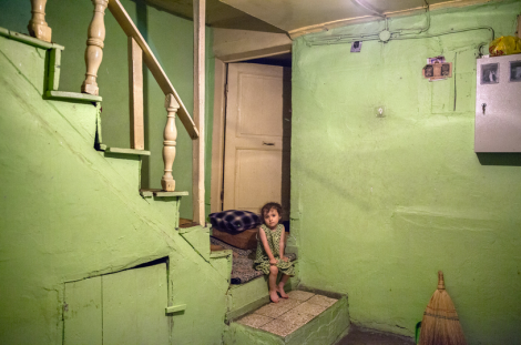 A girl named Selma in Ayvansaray, Istanbul. (Photo: Bieke Depoorter)