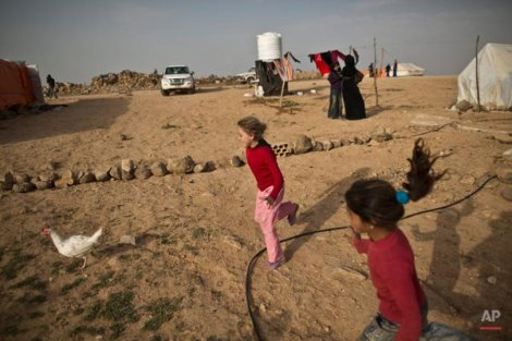 #Syria'n refugee kids play & chase chicken at informal tented settlement nr Mafraq, Jordan (@Muheisen81 /AP)