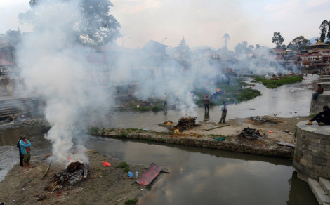 People burn bodies of earthquake victims at a mass cremation at Pashupatinath in Kathmandu (P.Mathema/AFP)