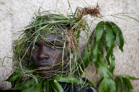 Protester wears grass to cover face during protest against Pres. Nkurunziza's; Burundi (G.Tomasevic/Reuters)